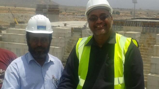 l'écrivain Mekki ELMOGRABI (à droite) avec l'ancien directeur du GERD Simegnew Bekele pendant la période de construction.